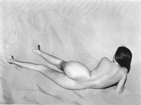 Edward-Weston--nude-on-sand-nude-12